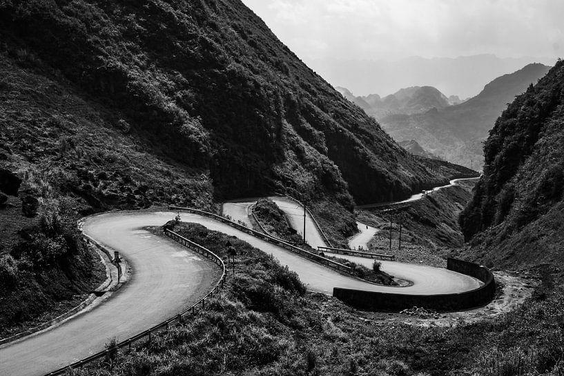 Kronkelende weg tijdens de Ha Giang Loop in Vietnam. van Twan Bankers