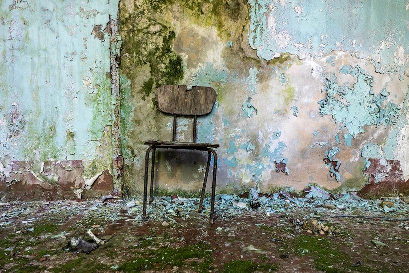 Alter Stuhl in einem verlassenen Gebäude von Frank Herrmann