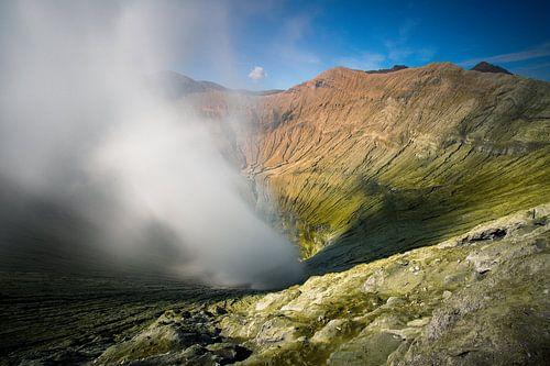 Krater van de Bromo Vulkaan -  Oost-Java, Indonesië van Martijn Smeets