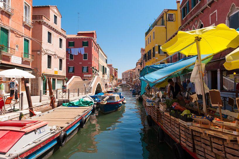A Market in Venice van Brian Morgan