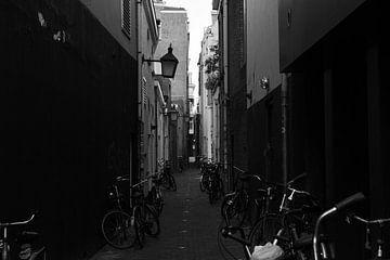 Gasse in Utrecht mit Fahrrädern überall von Bart van Lier