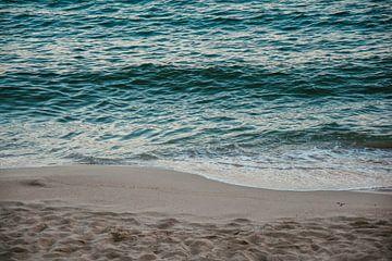 Blaues ruhiges Meer | die Küste von Ibiza | Reisefotografie Natur von Lisanne Koopmans