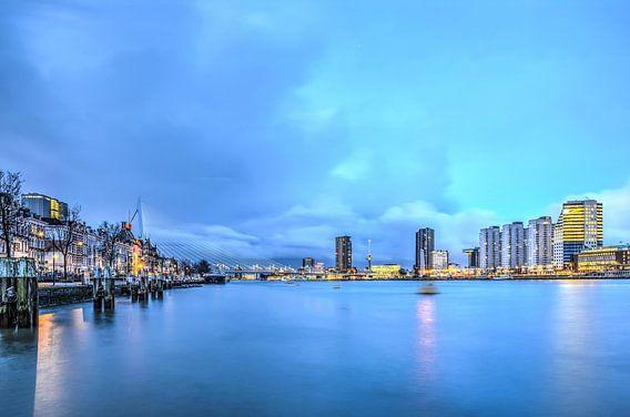 Rotterdam: de Nieuwe Maas in het blauwe uur