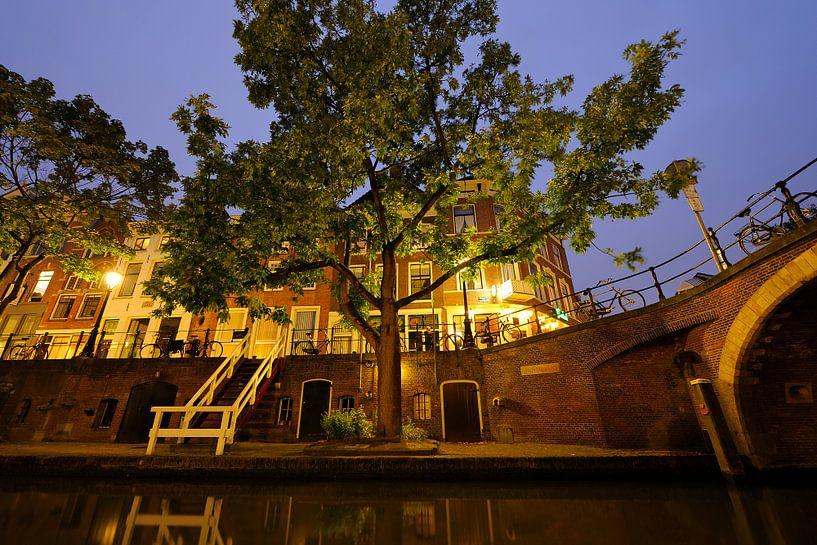 Oudegracht met Zandbrug in Utrecht van Donker Utrecht
