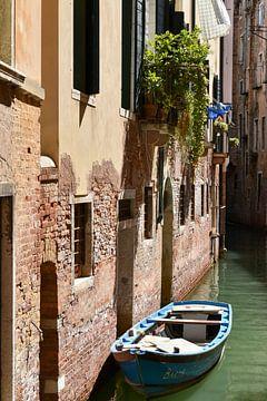 Boot im leeren Kanal in Venedig von Elise van der Bruggen