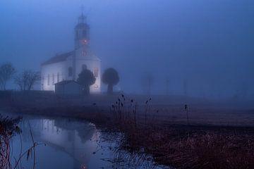 Die weiße Kirche von Simonshaven im Nebel von Annemieke Klijn