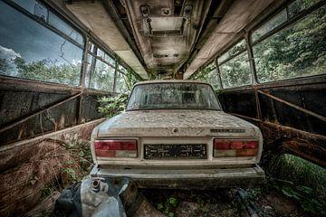 Altes, baufälliges Auto Lada in einem leeren Bus. von Sven van der Kooi (kooifotografie)