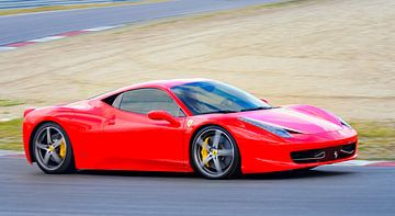 Sportwagen Ferrari 458 Italia fährt schnell auf der Rennstrecke von Sjoerd van der Wal