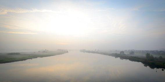 Zonsopkomst boven de rivier de IJssel en de uiterwaarden