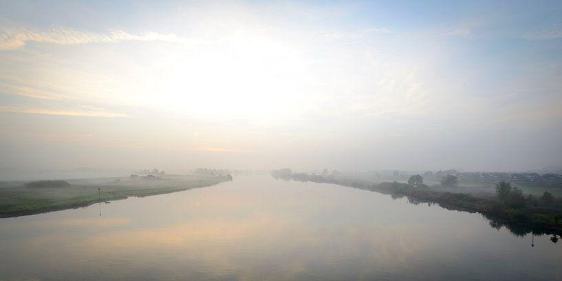 Zonsopkomst boven de rivier de IJssel en de uiterwaarden van Sjoerd van der Wal