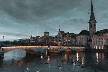 Zürich Altstadt mit Sicht auf den Limmat Fluss und der Fraumünster Kirche von Besa Art