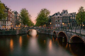 Sonnenuntergang über den Kanälen in Amsterdam von Romy Oomen