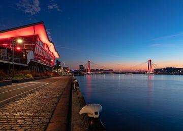 Willemsbrug in Rotterdam bij zonsopkomst van Pieter van Dieren (pidi.photo)