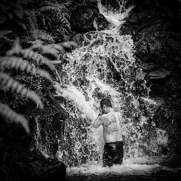 Mann mit Tätowierung unter einem Wasserfall, Puncak, Java, Indonesien von Bertil van Beek