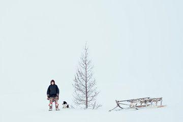 Nenet mit Hund und Schlitten in Sibirien von Milene van Arendonk