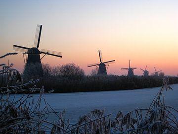 Kinderdijkse molens met bevroren sloot van Saskia Hoks