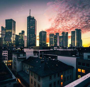 Uitzicht op de skyline van Frankfurt bij zonsondergang van Fotos by Jan Wehnert