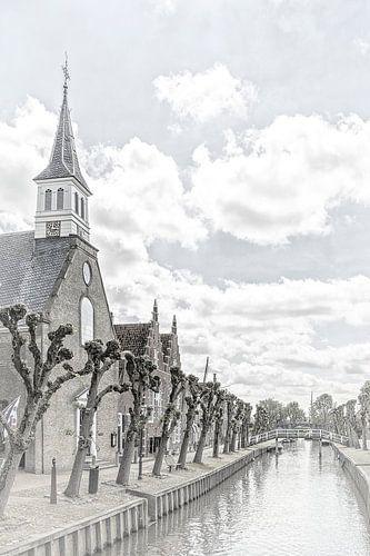 """Kerk aan het kanaal in het dorp """"Sloten""""  in """"Friesland"""" Nederland"""