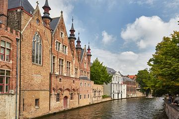 Kanaal in Brugge, in België van Jolene van den Berg