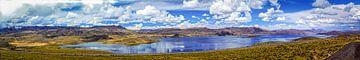Panorma van een bergmeer op de hoogvlakte van het Andesgebergte, Peru van Rietje Bulthuis