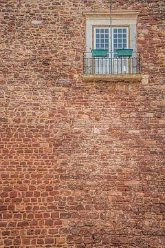 Oude muur met deuren en klein balkon van Fred Leeflang