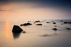 sfeervolle zonsondergang langs de Noordzee