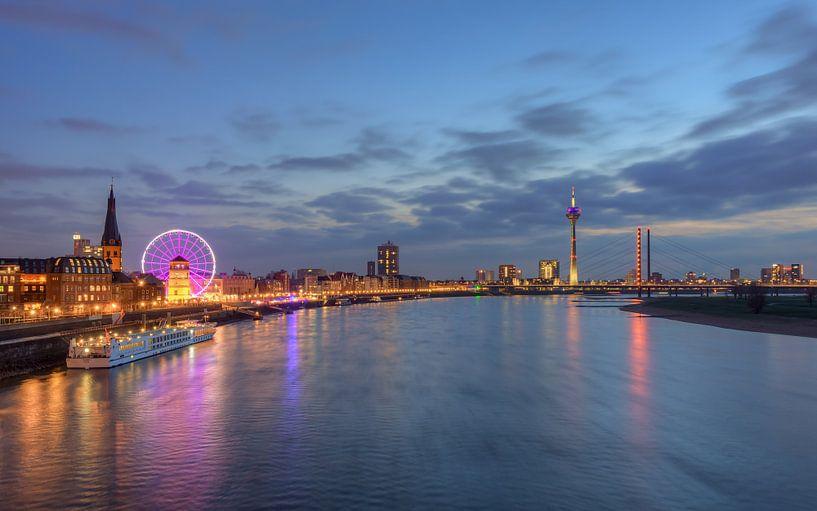 Die Skyline von Düsseldorf von Michael Valjak