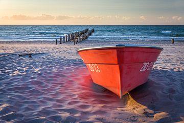 Rotes Boot am Strand von Zingst von Christian Müringer