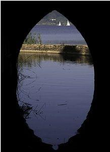 Tunnel auf dem Wasser mit Segelbooten