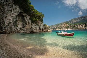 Turquoise strand in Griekenland van Edwin Mooijaart