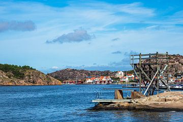 Zicht op de stad Fjällbacka in Zweden van Rico Ködder