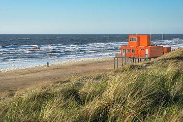 Hut van de reddingsbrigade op het strand in Noord Holland van Anges van der Logt