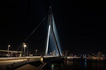Erasmusbrug Rotterdam bij nacht en verlicht.
