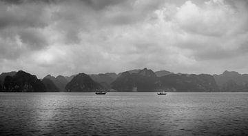 Een ontmoeting van twee schepen in het Ha Long Bay von Boudewijn Tempelmans