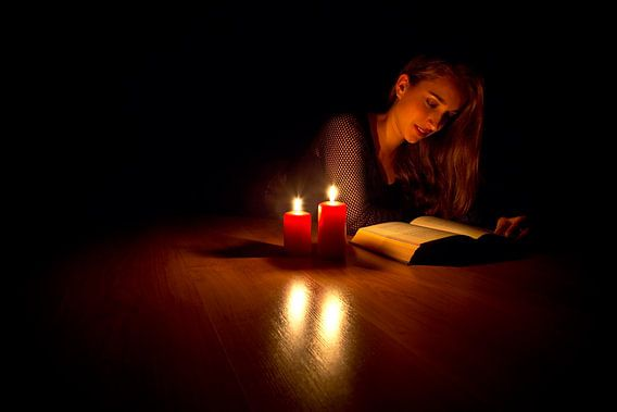 Lezen met kaarslicht