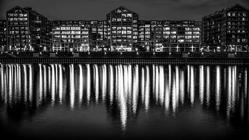Nijmegen by night (zwart wit) van Lex Schulte
