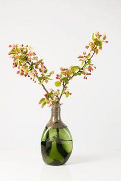 Stilleven Appelbloesem in groene glazen vaas van Gaby Hendriksz