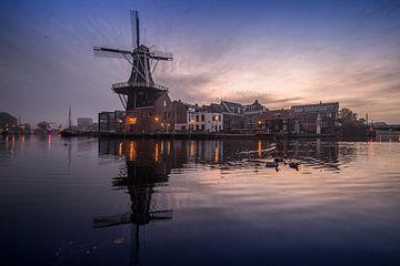 Haarlemse molen in het blauwe uur van Jacky van Schaijk