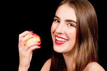 Jonge vrouw eet een appel von Anita Hermans