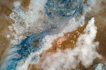 Luchtfoto / Dronefoto van een geothermisch veld in IJsland van Martijn Smeets