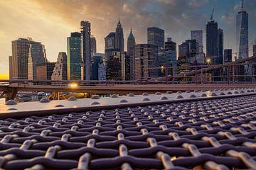 New York Skyline von Brooklyn Bridge bei Sonnenuntergang von Mohamed Abdelrazek