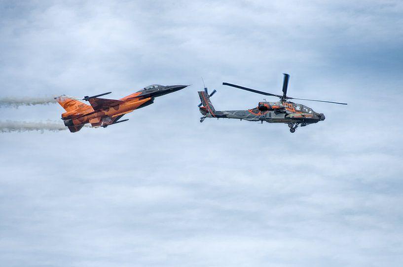 Apache helicopter en F16 straaljager van Mark Bolijn