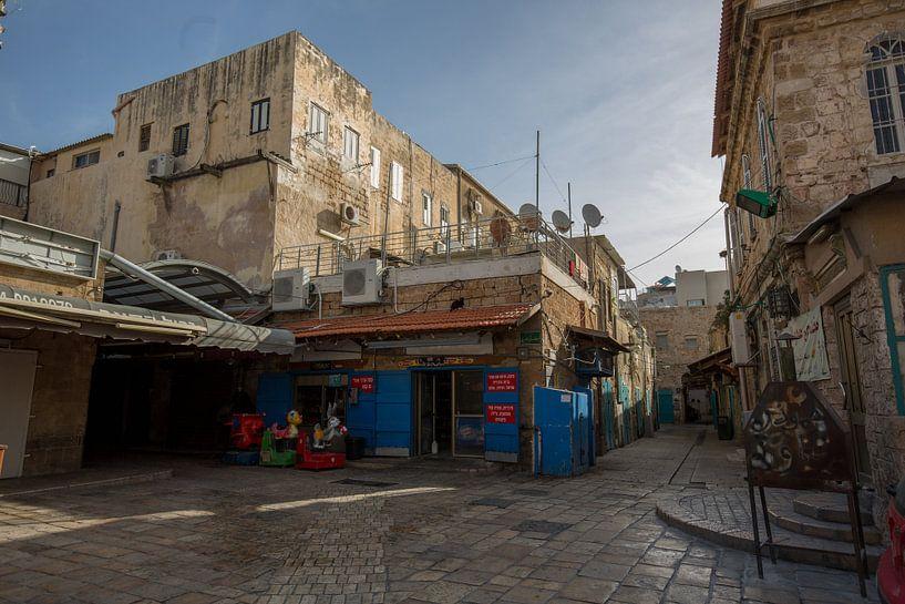 Straat met winkels in oude centrum van Accra in Israel van Joost Adriaanse