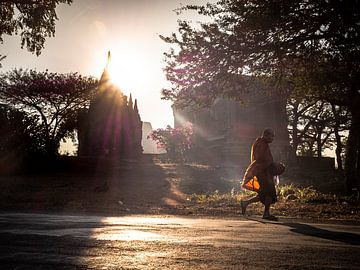 Myanmar - Bagan - Een monnik die door de straten loopt van Rik Pijnenburg