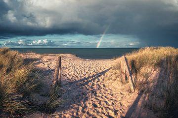 Strand van Heiligenhafen aan de Oostzee met regenboog van Jean Claude Castor