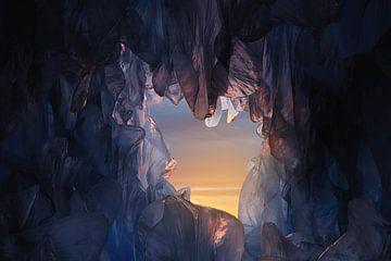mooie ijsgrot in het avondlicht van Besa Art