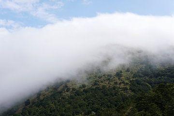 Wolkenstroom over de berg van