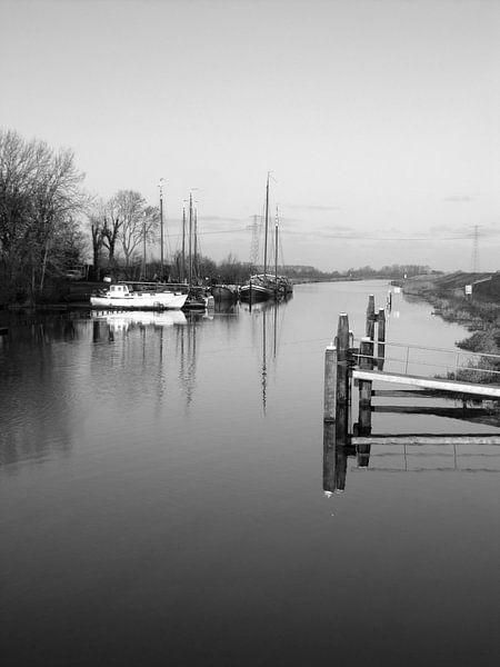 uitzicht met boten en een stijger bij Garnwerd van E.M Hak