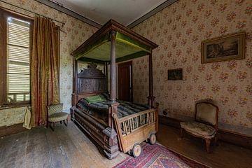 Verlassenes Schlafzimmer mit schönem Bett von William Linders