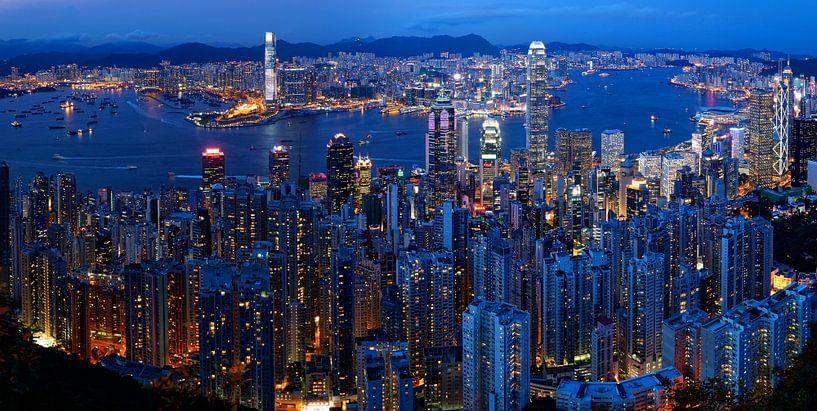 Skyline van Hong Kong in de avond van Atelier Liesjes